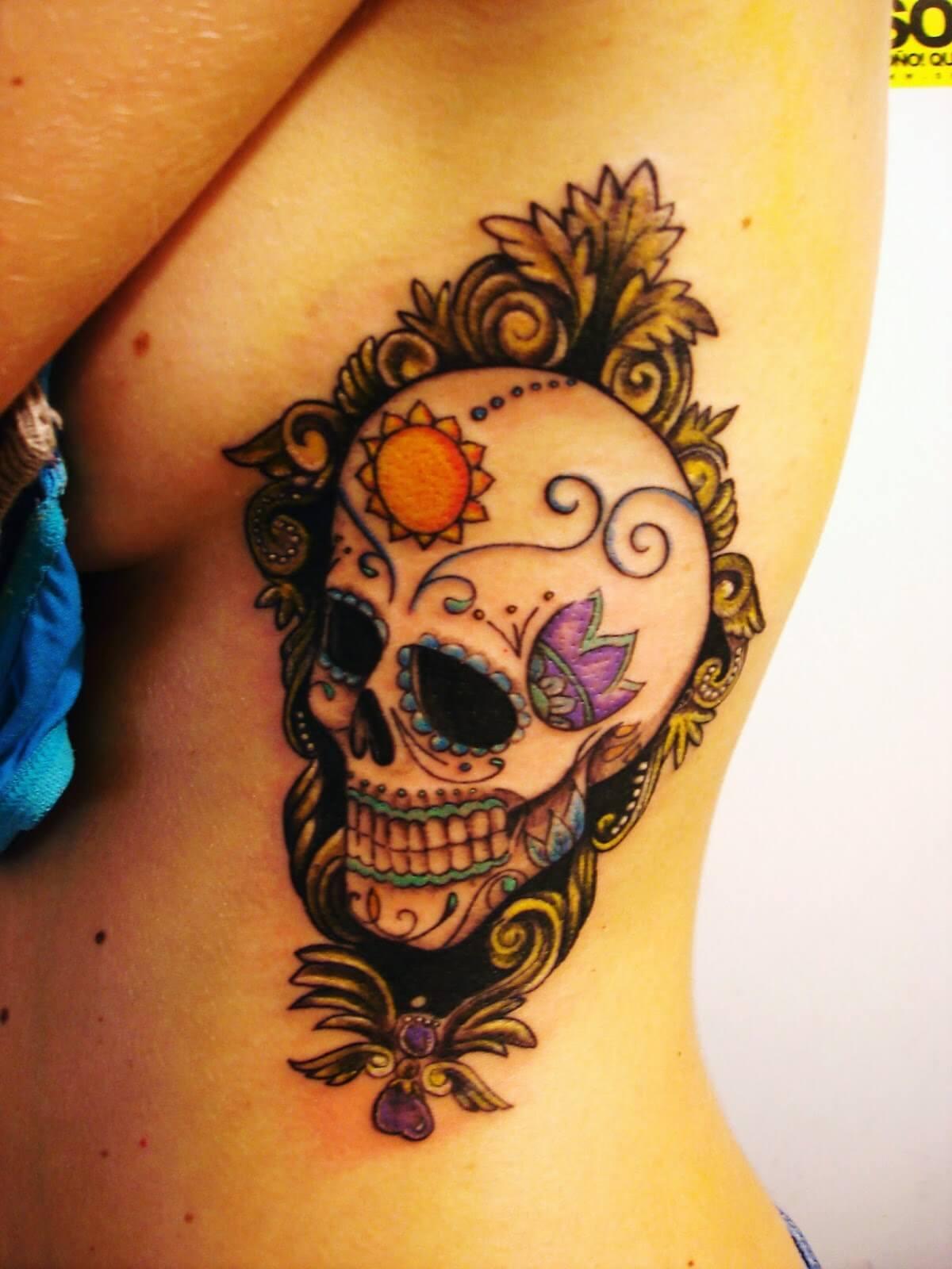Tatuaggio con calavera sotto al seno