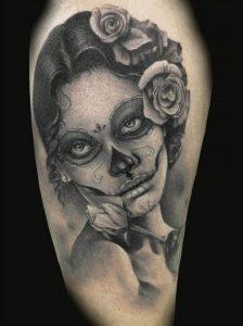 Tatuaggio con donna messicana con rosa in testa