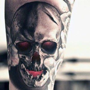 Tatuaggio con teschio con gli occhi e la bocca rossi