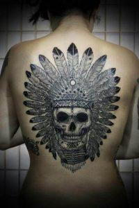 Tatuaggio sulla schiena con teschio indiano con piume