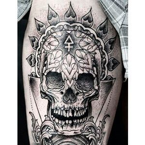 Tatuaggio con teschio e triangolo con croce sulla fronte