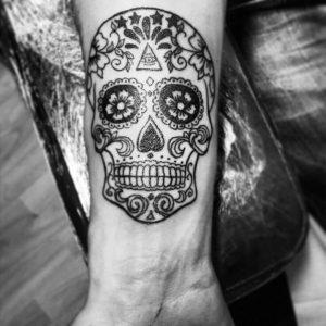 Tatuaggio con teschio messicano con un occhio sulla fronte