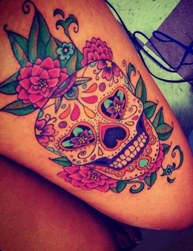 Tatuaggio colorato di un teschio messicano con fiori rosa