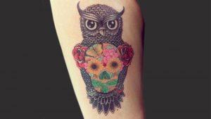 Tatuaggio con teschio messicano al centro di un gufo