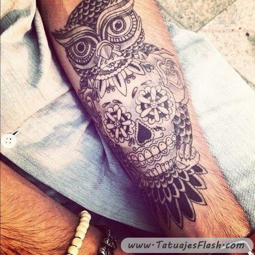 Tatuaggio di gufo con teschio messicano in bianco e nero