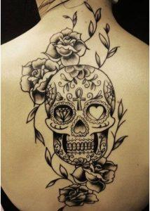 Tattoo con teschio messicano in bianco e nero sulla schiena