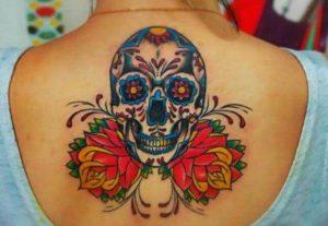 Tattoo di teschio messicano a colori sulla schiena