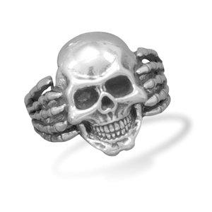 Anello con teschio in argento e mani da scheletro