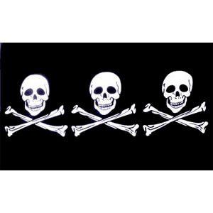 bandiera con tre teschi e ossa incrociate sotto