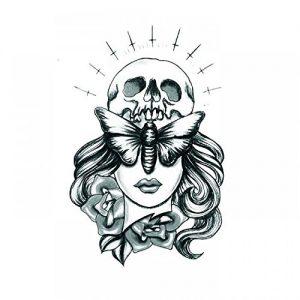 Tatuaggio con Teschio con Ali di Insetto e Fiori in Bianco e Nero