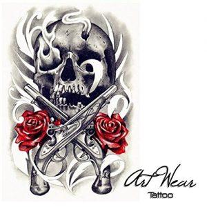Tatuaggio con teschio con due pistole e due rose rosse