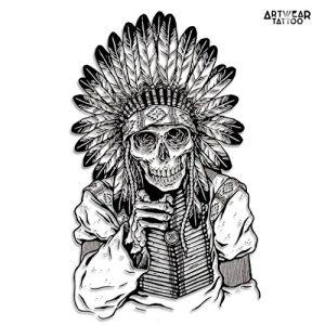 Tatuaggio con teschio indiano e copricapo di piume