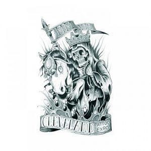 Tatuaggio con teschio con corona incappucciato e a cavallo