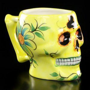 Tazza a forma di teschio messicano giallo con fiori